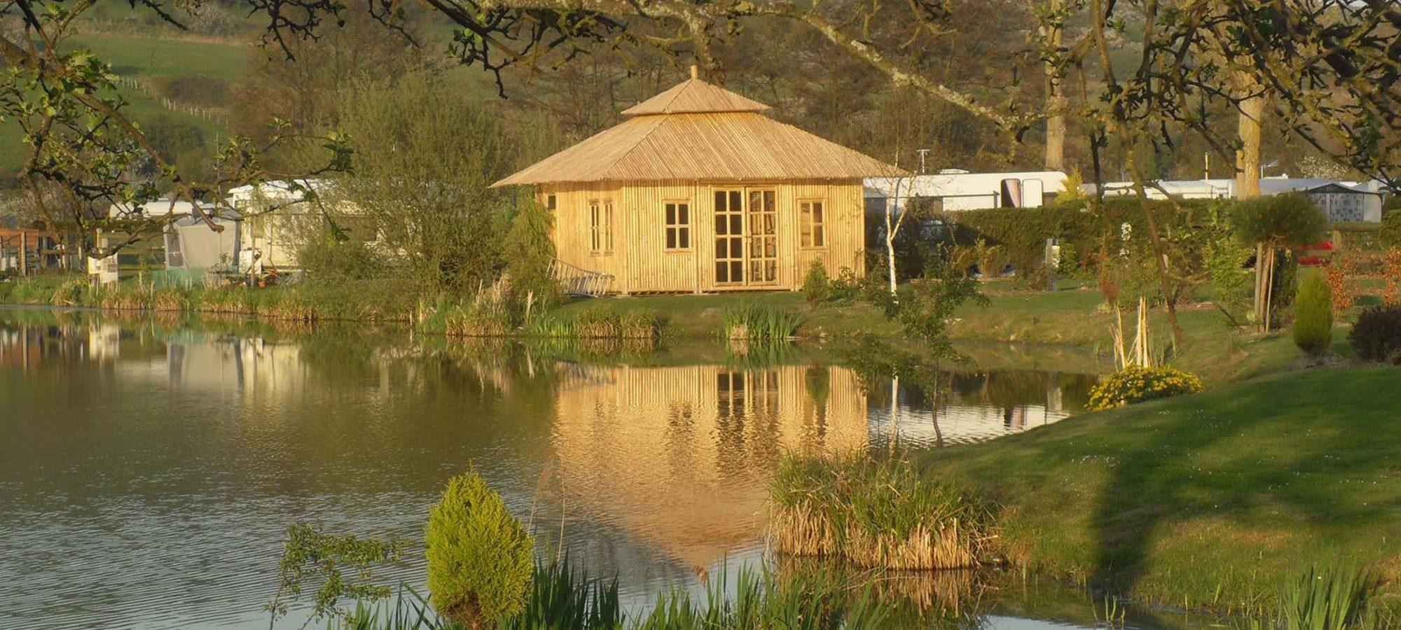 Cabane en bambou camping marqueval